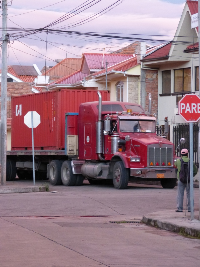 The container truck approaches our cul-de-sac (el returno).