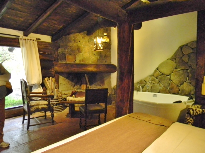The more expensive rooms include a fireplace and Jacuzzi tub.  (Kathy's image)